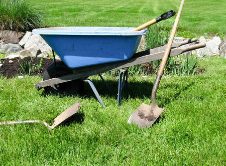 持続可能な庭園、青い手押し車、ガーデニング ツール