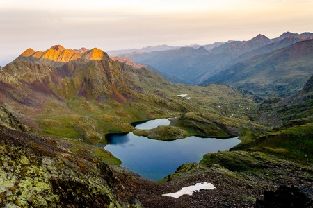 A panoramic view of a lake amidst the mountains at Sunrise. Foto de archivo - 108539598