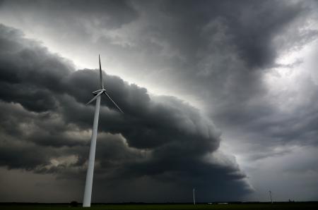 windturbine: Dark shelfcloud preceding heavy thunderstorm at windturbine park