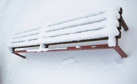 Snow covered bench in the park Banco de Imagens