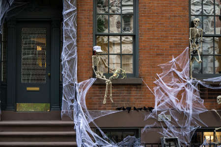 Spooky and scary front house decoration for Halloween with spiderwebs and skeletons Banque d'images