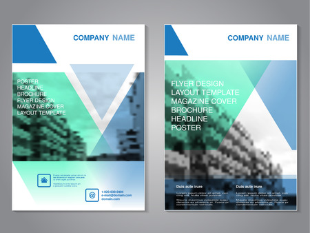 Brochure moderne de vecteur avec design triangle, flyer abstrait avec fond de bâtiments monochromes. Modèle de mise en page. Ratio d'aspect pour le format A4. Affiche de couleur bleue, verte, grise, noire et blanche. Couverture de magazine. - illustration Vecteurs
