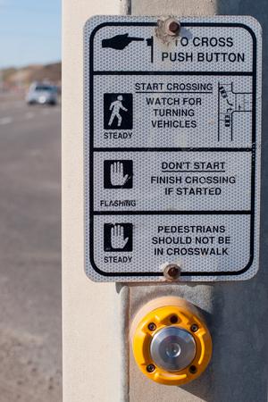 senda peatonal: signo paso de peatones Foto de archivo