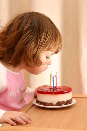 meisje en haar verjaardagstaart met kaarsjes