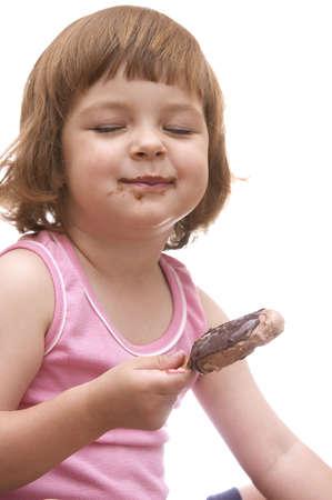 chocolate ice cream: petite fille mignonne mangeant la cr�me glac�e de chocolat Banque d'images
