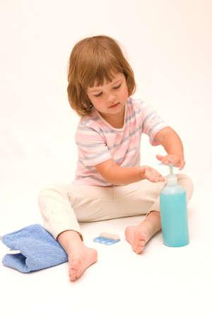 lavamanos: poco, linda ni�a lav�ndose las manos con jab�n azul