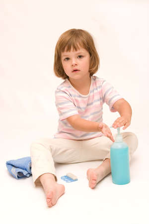 handwash: poco, ni�a linda lavado las manos con un jab�n azul Foto de archivo