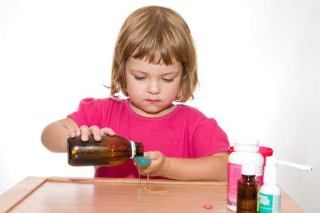 chorowity: chorych małą dziewczynką z lekami, odizolowane na białym