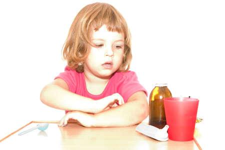 high key: malati bambina con medicinali, alta chiave