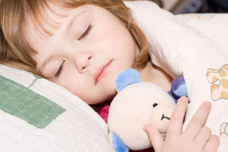 enfant qui dort: petite fille adorable jouet c�lin avec l'endormissement