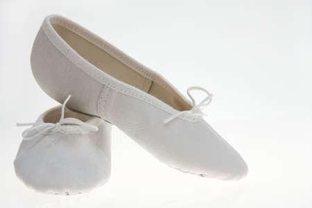 zapatillas ballet: blanco del ni�o zapatillas de ballet aislados en fondo blanco