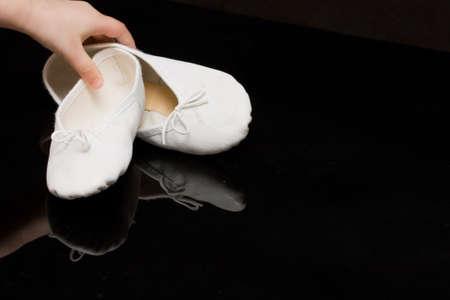 zapatillas ballet: blanco del ni�o zapatillas de ballet en negro, lo que refleja de fondo