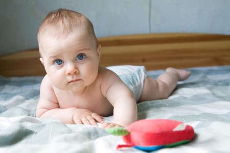 kleines Baby boy Gestützt auf seine Arme