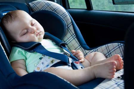 asiento coche: poco beb� sentado en asiento del coche de seguridad