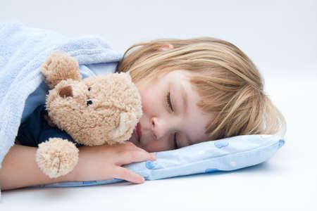 ni�o durmiendo: ni�a durmiendo y abrazando su osito de peluche Foto de archivo