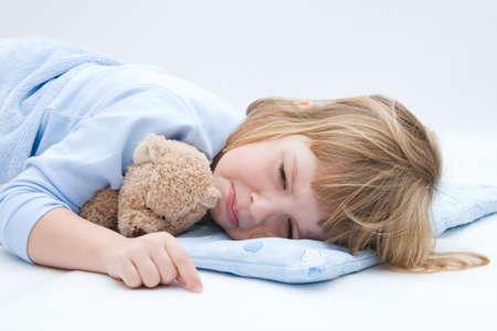 ni�os malos: ni�o con oso de peluche, dormir y llorar Foto de archivo