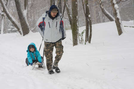 sledging: kid slitta mentre � freddo e neve Archivio Fotografico