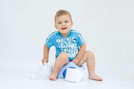 vasino: cute, ragazzino mentre potty formazione, su bianco