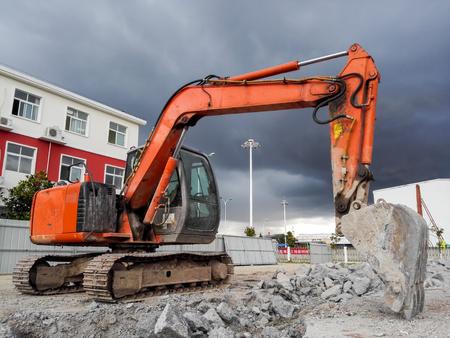house demolition: Excavator demolition house
