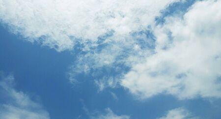 flauschige Wolken am blauen Himmel im Monsun