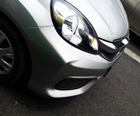 Imagen de primer plano de la luz del lado derecho delantero del coche