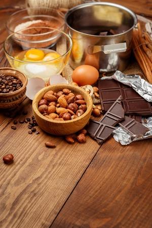 Bakken chocolade cake in landelijke of rustieke keuken. Deeg recept ingrediënten op vintage houten tafel