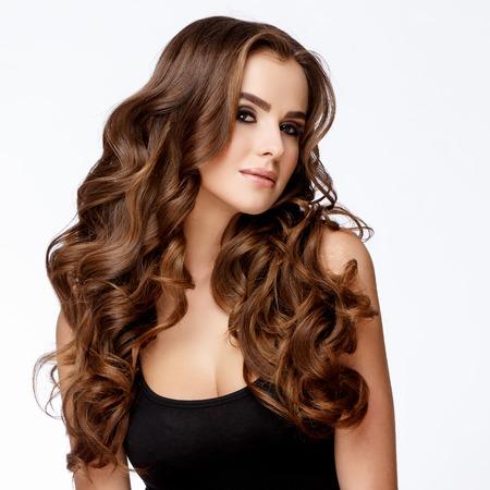 Schönes Gesicht der jungen Frau mit sauberer frischer Haut nah oben auf hellgrauem Hintergrund. Schönheits-Porträt. Schönheits-Lächeln. Perfekte frische Haut. Reines Schönheits-Modell. Jugend- und Hautpflege-Konzept Standard-Bild - 60770706
