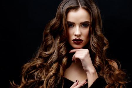 Schönes Gesicht der jungen Frau mit sauberen frische Haut und gesundes lockiges Haar Nahaufnahme auf schwarzem Hintergrund Standard-Bild - 61600343