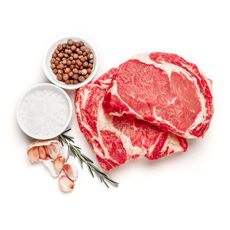 흰색 배경에 고립 된 쇠고기 고기 요리하지 않은 유기 정강이