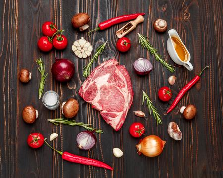 Shin orgánico sin cocer la carne de vacuno de carne en la mesa de madera