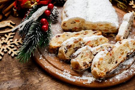 건포도와 전통적인 독일 케이크 Dresdner stollen입니다. 크리스마스 치료 스톡 콘텐츠