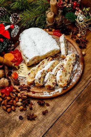 traditionellen deutschen Kuchen mit Rosinen Dresdner Christstollen. Weihnachten behandeln