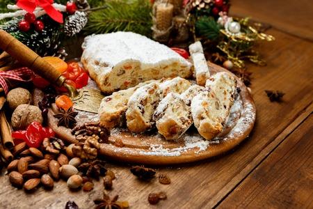Traditionellen deutschen Kuchen mit Rosinen Dresdner Christstollen. Weihnachten behandeln Standard-Bild - 63703176