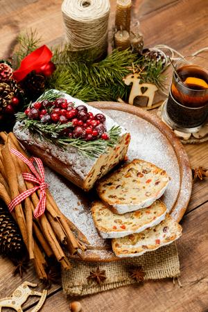 Selbst gemachte Weihnachtskuchen mit wilden Beeren auf woonen Hintergrund Standard-Bild - 63703270