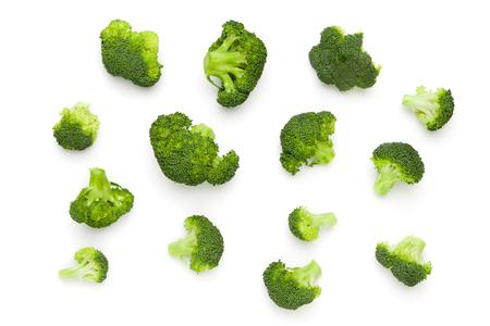 白い背景に分離された新鮮なブロッコリーのサラダ