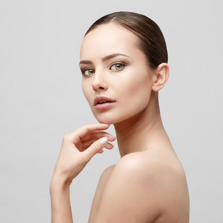 Schönes Gesicht der jungen Frau mit sauberen frische Haut Nahaufnahme isoliert auf weiß. Beauty Portrait. Schöne Spa Frau Lächelnd. Perfekte frische Haut. Pure Beauty Modell. Jugend und Hautpflege-Konzept Standard-Bild - 64453354