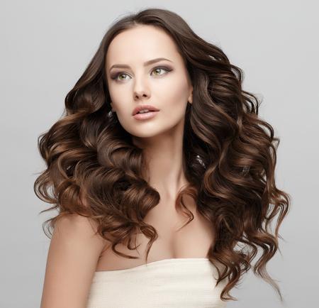 깨끗 한 신선한 피부와 젊은 여자의 아름 다운 얼굴에 격리 된 흰색을 닫습니다. 아름다움 초상화입니다. 아름 다운 스파 여자 웃 고입니다. 완벽한 신 스톡 콘텐츠