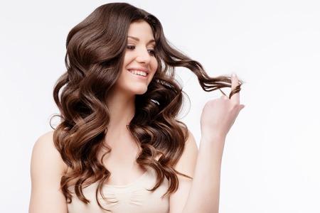 Schöne Frau mit dem lockigen braunen Haar close up. Jugend Haut anf Haarpflege-Konzept Standard-Bild - 65393226