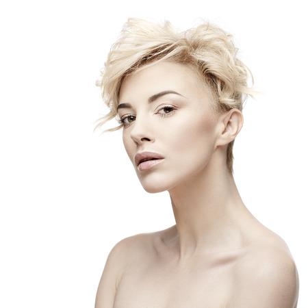 Nahaufnahmeporträt einer schönen Frau mit Schönheitsgesicht und sauberer Gesichtshaut