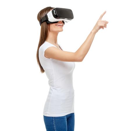 Frau mit Virtual-Reality-Brille. Studio shot isoliert auf weiß Standard-Bild - 66629657