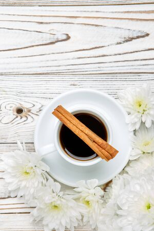 가벼운 나무 테이블에 커피와 꽃의 컵과 함께 아직도 인생