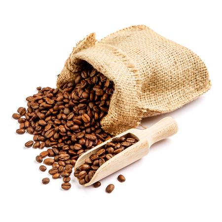 흰 배경에 고립 가방에 볶은 커피 콩 컷 아웃