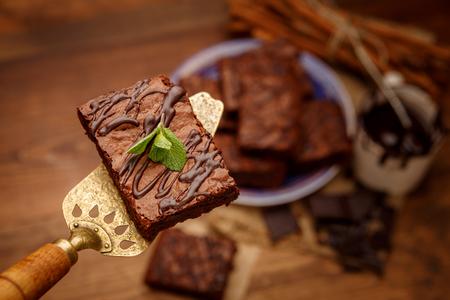 Teller mit leckeren Schokoladen-Brownies Standard-Bild - 71677426