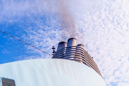 cruise ship pollutes the atmosphere Stok Fotoğraf