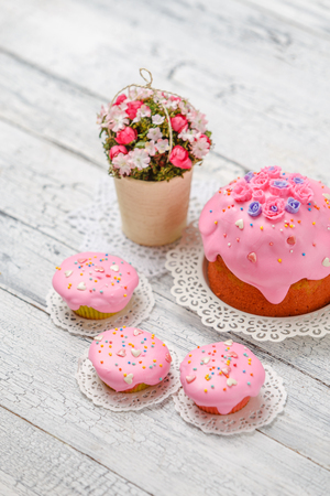 Traditional Easter cake and cupcakes Standard-Bild