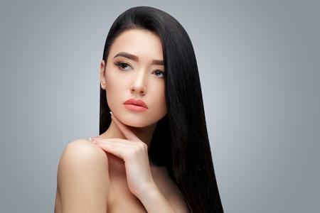 긴 스트레이트 머리와 갈색 머리 아시아 소녀