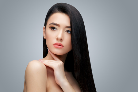 Chica asiática morena con el pelo largo y liso Foto de archivo