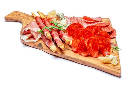 Plato de carne ahumada fría con chuletas de cerdo, jamón, salami y palitos de pan