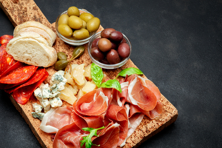 Italian prosciutto crudo or spanish jamon, cheese, olives and bread Standard-Bild