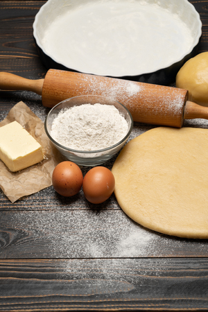 rolled and unbaked Shortcrust pastry dough recipe on wooden background Banco de Imagens